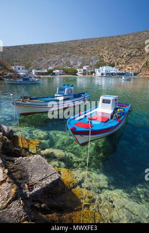 Blick über das kristallklare Wasser und Fischerboote im Hafen, Cheronissos, Sifnos, Kykladen, Ägäis, griechische Inseln, Griechenland, Europa Stockbild