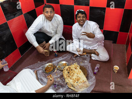 Saudi Freunde Essen in einem lokalen Restaurant, Rotes Meer, Farasan, Saudi-Arabien Stockbild