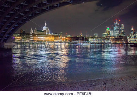 Ansicht der Stadt von London aus der Southbank Stockbild