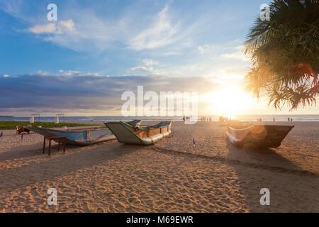 Ahungalla, Sri Lanka, Asien - Traditionelle langboote Trocknen bei Induruwa Beach bei Sonnenuntergang Stockbild