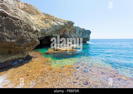 Apulien, Grotte Verde, Italien - türkisfarbenes Wasser an der Küste von Grotta Verde Stockbild