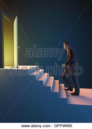 Ein Mann geht nach oben in Richtung der Tür Stockbild