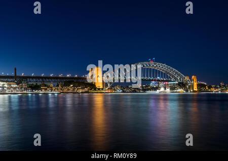 Sydney Harbour Bridge bei Nacht. Stockbild