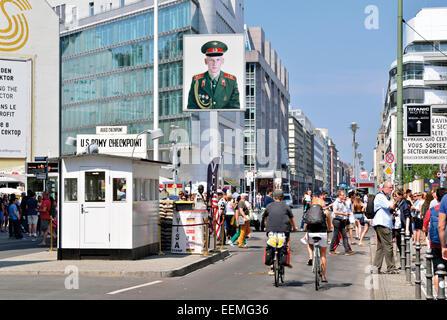 Deutschland, Berlin: Touristen Wandern und Radfahren am ehemaligen uns Checkpoint Charlie Stockbild
