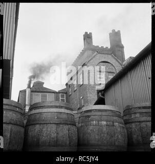 Tower Brauerei, Wetherby Straße, Tadcaster, North Yorkshire, 1966-1974 Der Turm Brauerei, Räumlichkeiten der Tadcaster Brewery Company auf Wetherby Straße, gesehen aus dem Südwesten mit Fässern im Brauereihof im Vordergrund. Stockbild