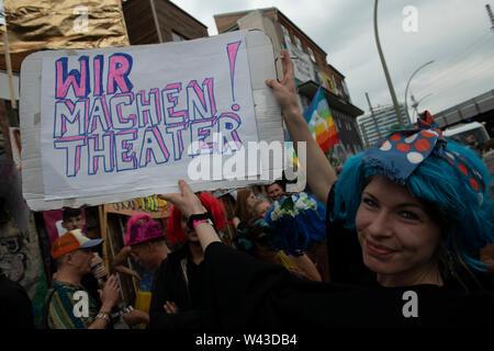 """Berlin, Deutschland. 19 Juli, 2019. """"Wir machen Theater"""" ist auf einem Plakat während einer Demonstration am Holz Markt. Die Rallye ist gegen Reglementierung durch den Bezirk geleitet. Credit: Paul Zinken/dpa/Alamy leben Nachrichten Stockbild"""
