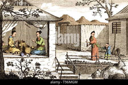Textilien: silk Herstellung in China, spinnen die Fäden. Die chinesische Kunst der verdrehen Seidenfäden. Die Produktion von Seide verursacht wird China in prähistorischen Zeiten. Seide blieb China beschränkt, bis die Seidenstraße zu irgendeinem Zeitpunkt während der später die Hälfte des ersten Jahrtausends v. Chr. eröffnet. China hat seine Monopol über Seide Produktion weitere tausend Jahre. Seidenraupenzucht, oder Seide Landwirtschaft, ist die Zucht von Seidenraupen Seide zu produzieren. Stockbild