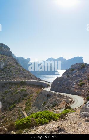 Cap de Formentor, Mallorca, Spanien - Land straße durch die wunderbare Bergwelt der Formentor Stockbild
