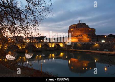 Reflexion von Sant'Angelo Schloss in der Abenddämmerung. Stadt Rom Stockbild