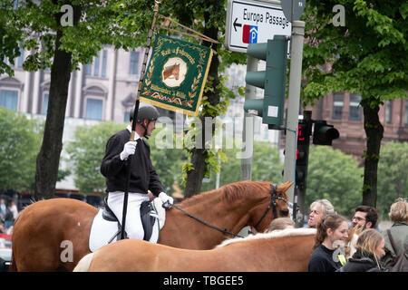 Ein uniformierter Reiter Holding eine Fahne in der Hand führt eine Parade Stockbild