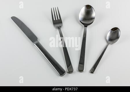 Besteck mit Messer, Gabel, Löffel und kleine Löffel Stockbild