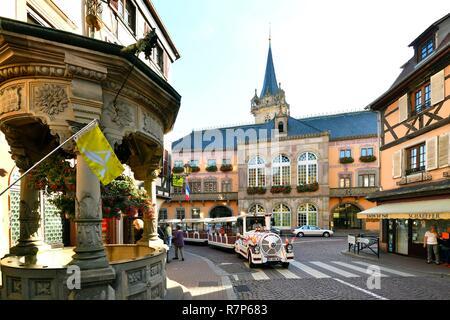 Frankreich, Bas Rhin, Obernai, Rue Chanoine Gyss, gut mit den sechs Eimer, die Kapelle Turm und das Rathaus Stockbild