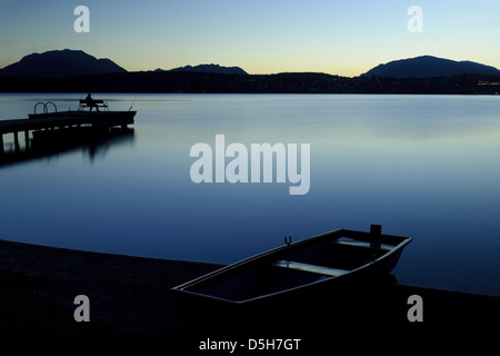 Österreich/carynthia - blaue Stunde am Faaker See Banken. Stockbild
