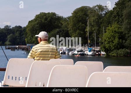 Senioren auf einem Dampfschiff Fahrt genießen Sie die Aussicht, Berlin, Deutschland, Europa Stockbild