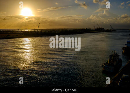 Idyllischer Blick auf Meer bei Sonnenuntergang Stockbild