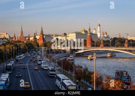 Nord Ost Blick auf den Kreml Gebäude neben dem Fluss Moskwa, Moskau, Russland. Mit späten Nachmittag Sonne. Stockbild