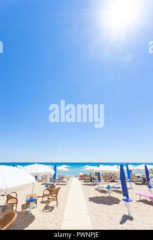Lido Venere, Apulien, Italien - die Sonne brennt heiß am Strand von Lido Venere Stockbild