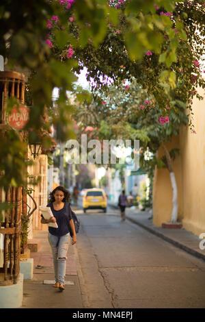 Eine Frau auf die bunten Straßen von Getsemani, Cartagena, Kolumbien Stockbild