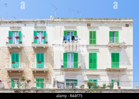Molfetta, Apulien, Italien - grüne Fensterläden an der historischen Fassaden in Molfetta Stockbild