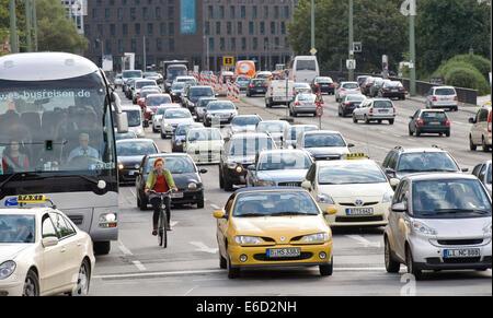 Radfahrer und Autos im Verkehr, Leipziger Straße, Berlin, Deutschland Stockbild