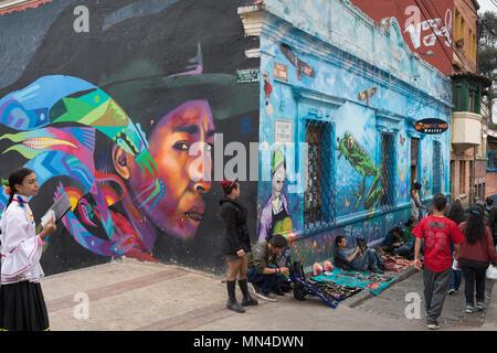 Wandgemälde säumen die Straßen in La Candelaria, Bogota, Kolumbien, Südamerika Stockbild