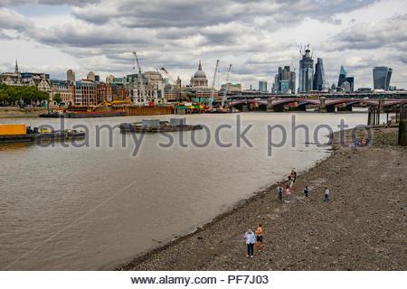 Blick auf die Stadt London mit St Pauls Kathedrale von der South Bank der Themse Stockbild