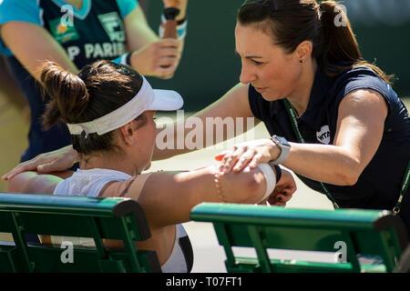März 17, 2019: Bianca Andreescu (CAN) erhält eine medizinische Timeout während ihres Gleichen, wo Sie besiegte Angelique Kerber (GER) 6-4, 3-6, 6-4 im Finale der BNP Paribas Open in Indian Wells Tennis Garden in Indian Wells, Kalifornien. © Mal Taam/TennisClix/CSM Stockbild
