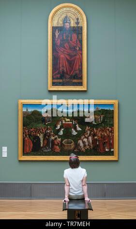 Berlin. Deutschland. Besucher, die an Gemälde im Bode Museum. Stockbild