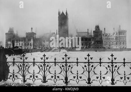 Ruinen des kanadischen Parlaments in Ottawa, nach einem Brand in der Nacht vom Februar 3, 1916. Feuerwehrleute weiter Stockbild