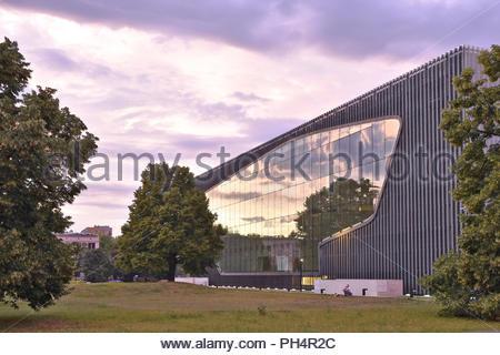 Museum der Geschichte der Polnischen Juden - moderne Architektur in der Dämmerung in Warschau Polen Europa beleuchtet. Der finnische Architekt Rainer Mahlamäki konzipiert. Stockbild