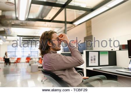 Müde Geschäftsmann mit Kopf in den Händen Stockbild