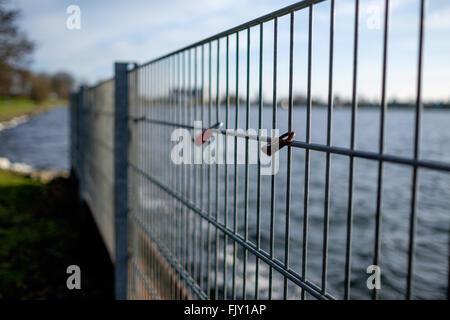 Vorhängeschlösser am Geländer auf dem Seeweg Stockbild