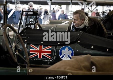 Zuschauer bei der 77. Goodwood GRRC Mitgliederversammlung prüft ein racing Bentley im Fahrerlager Garage des 77. Goodwood GRRC Mitglieder eeting, Sussex,. Stockbild