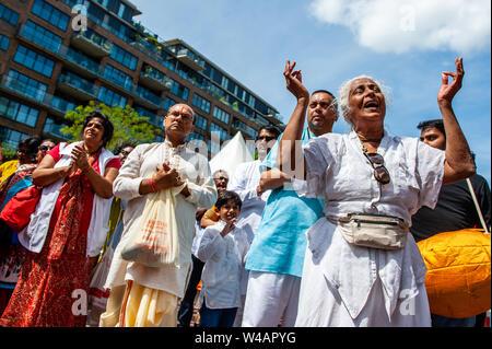 """Eine alte indische Frau singt während der Prozession. Das Festival der Wagen, auch bekannt als Ratha Yatra, ist ein zeitloses Festival, mit Ursprung in der antiken Stadt Jagannatha Puri in Indien. Seit Tausenden von Jahren, haben zu Jagannatha Puri wurde in Indien in das älteste Festival der Welt namens Ratha-yatra"""", den Wagen Festival"""". Jetzt Ratha-yatra wird jedes Jahr in Dutzenden von Städten rund um die Welt abgehalten. Das ratha Yatra Festival hat einen gemeinsamen Blick in den meisten großen Städten der Welt werden seit 1968 durch die ISKCON, Hare Krishna Bewegung. In Rotterdam, den Bhakti Y Stockbild"""