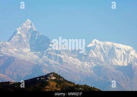Matschaputschare (Fishtail Berg) 6993 m und Sarangkot Aussichtspunkt, Pokhara, Nepal, Himalaya, Asien Stockbild