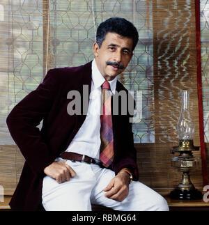 Portrait von Naseeruddin Shah sitzen am Tisch, Indien, Asien Stockbild