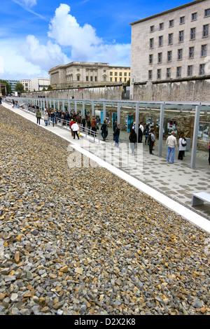 Touristen strömen, um die Reste der Berliner Mauer mit Foto-Ausstellung zu sehen. Stockbild