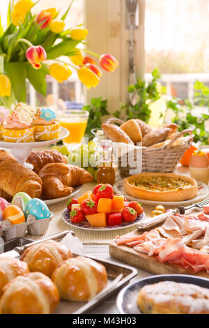 Frühstück oder Brunch Tabelle mit allerlei leckeren Delikatessen bereit für ein Ostern Essen gefüllt. Stockbild