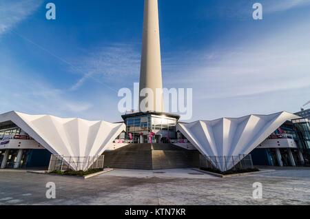 Konkrete Flügel an der Basis der Fernsehturm Pavillon von Walter Herzog und Heinz Aust, Panoramastrasse, Berlin, Stockbild