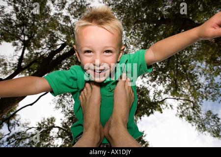 Young Boy balancieren auf Füße Lächeln Stockbild