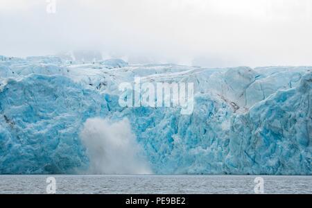 Ein großer Teil der Gletscher kalben und Absturz in das Meer unten in Svalbard Norwegen Stockbild