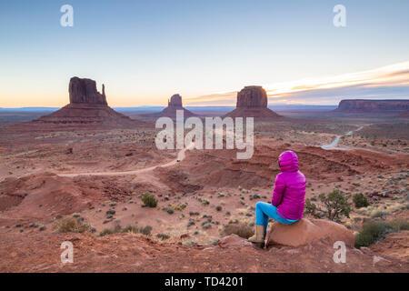 Sandstein Buttes im Monument Valley Navajo Tribal Park auf der Arizona-Utah Grenze, Vereinigte Staaten von Amerika, Nordamerika Stockbild