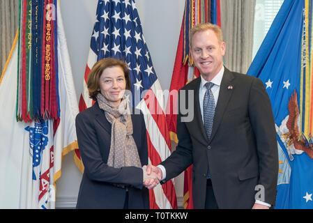 Die US-Verteidigungsminister Patrick Shanahan schüttelt Hände mit dem französischen Minister der Streitkräfte Florence Parly im Pentagon in Washington März 18, 2019, GLEICHSTROM Stockbild