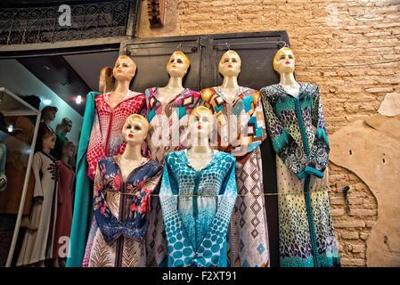 Schaufensterpuppen vor Geschäft in Medina von Fes, Marokko Stockbild