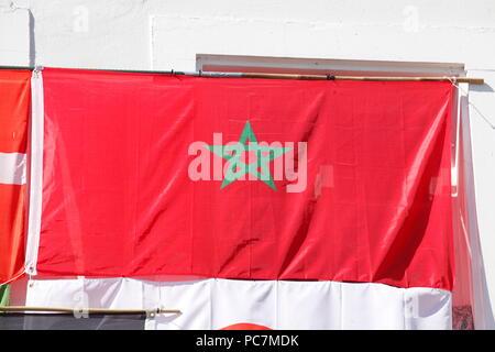 Marokkanische nationale Flagge an einer Hauswand, Altstadt, Saarbruecken, Deutschland, Europa ich Marokkanische Nationalflagge ein einer Hauswand aufgehängt, Al hung Stockbild