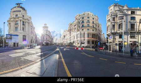 Panorama der historischen Gebäude an der Ecke der Calle de Alcalá und der Calle Gran Via, Madrid, Spanien, Europa Stockbild