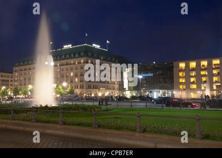 Pariser Platz mit Hotel Adlon und Akademie der Kuenste, Berlin, Deutschland Stockbild