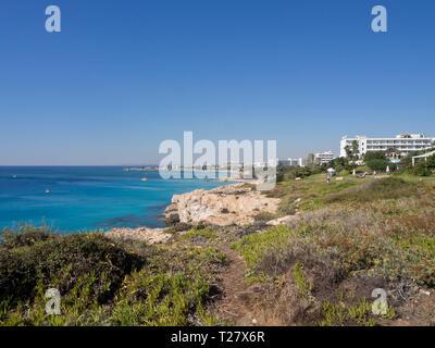 Sonne und Meer, Klippen und Strand, Touristen und Hotels die Essenz eines erfolgreichen Urlaub in Ayia Napa Zypern Stockbild
