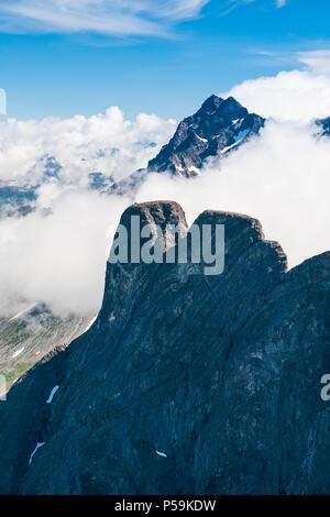 Luftaufnahme über Romsdalen, Møre og Romsdal, Norwegen. Die Spitze im Vordergrund ist Romsdalshorn, und im Hintergrund ist Store vengetind. Stockbild