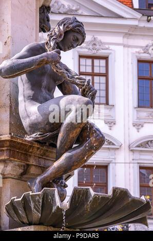 Augsburg, Bayern, Deutschland - naiad Bürsten das Wasser aus ihren Haaren, ein Detail des Hercules Brunnen auf Maximilian Straße. Stockbild